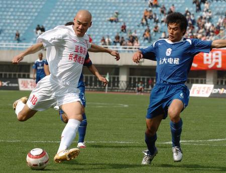 图文:西安1-1长春 田野在比赛中起脚射门