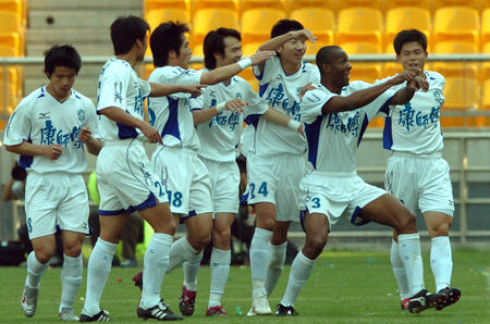 图文:天津3-2险胜厦门 天津球员庆贺进球