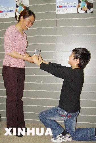 ,11岁的南京六年级小学生沙家纬把自己的专辑作为母亲节的礼物送