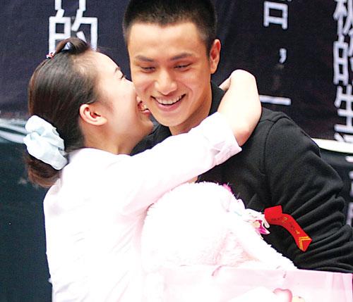 陈坤重庆寻新歌女主角 意外遭歌迷强吻(组图)