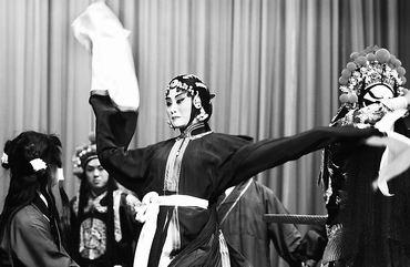 程韵/上图:张火丁在《荒山泪》中的水袖表演。