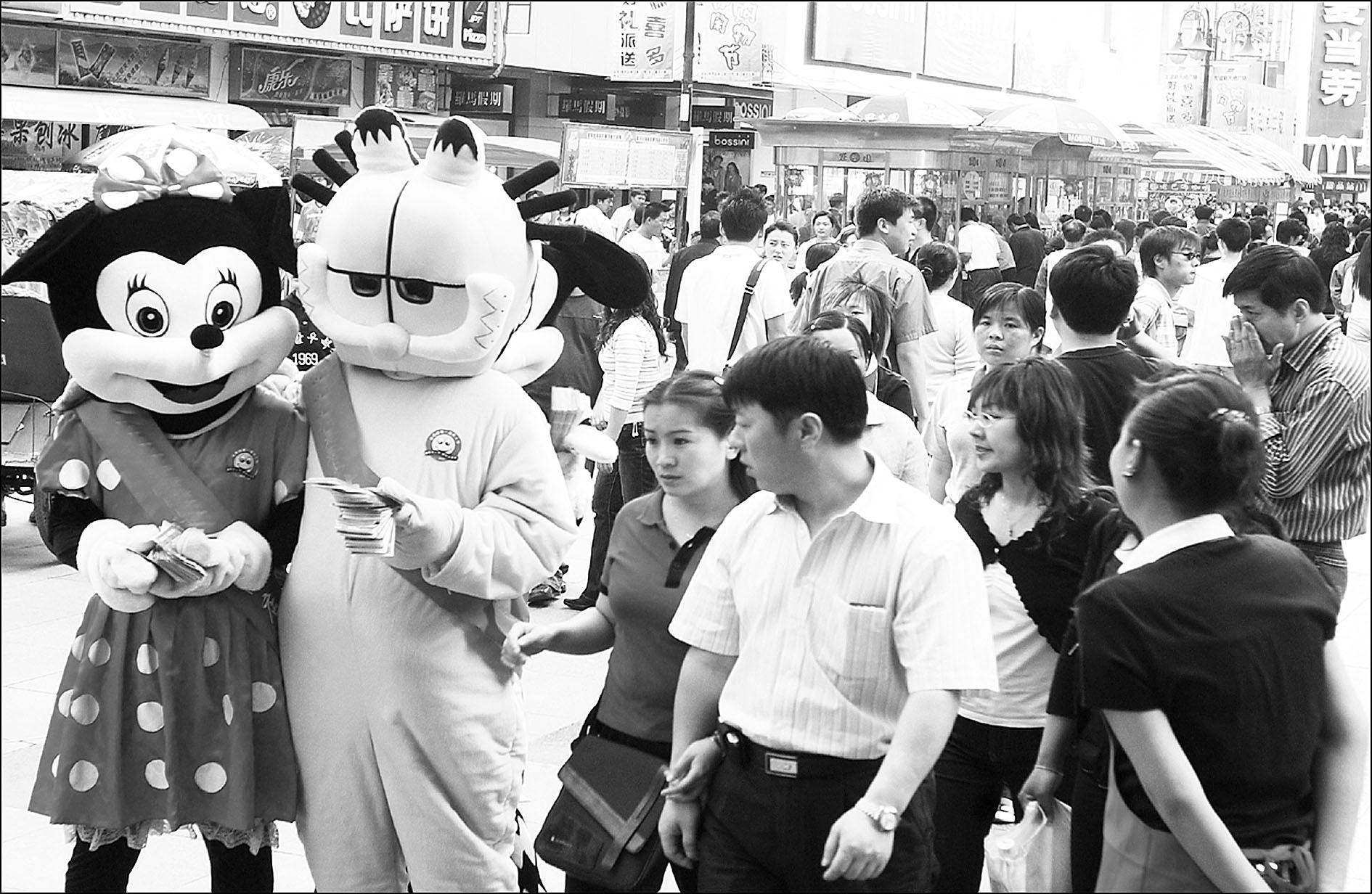卡通人,婚纱模特穿梭商业街(组图)