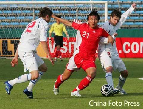 图文:土伦杯-国奥0-0战平捷克 毛剑卿拼抢