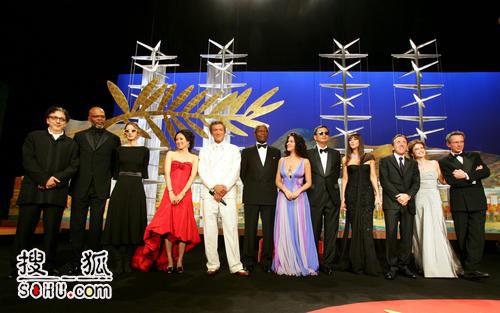 戛纳电影节开幕盛典会场 王家卫率全体评委亮相