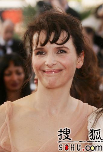 茱丽叶-比诺什笑魇迷人 着淡粉纱裙走上红毯