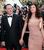 第59届戛纳电影节星光大道-让雷诺携妻子亮相红地毯