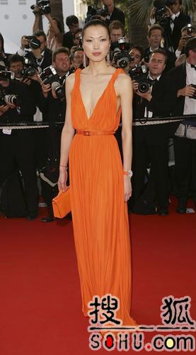 名模李昕性感亮相 一袭橙色长裙尽显东方特质