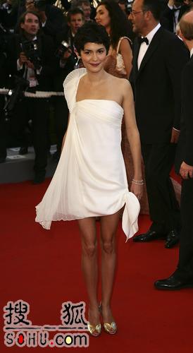 奥黛丽-塔图白裙清纯可人 面带微笑走过红毯