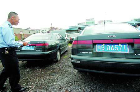 两辆车都是奇瑞汽车,车牌号一样,外形也一样,连交警都难分真高清图片