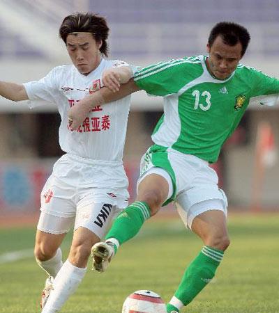 图文:中超14轮长春4-1北京  徐云龙阻截王睿