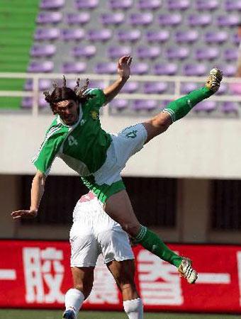 图文:中超14轮长春4-1北京 穆萨与队员争顶