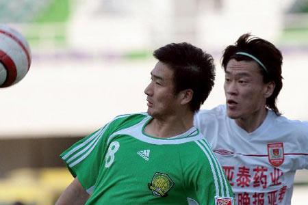 图文:中超14轮长春4-1北京 杨璞与王栋争抢
