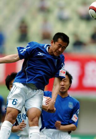图文:青岛胜天津 吕刚比赛中头球解围