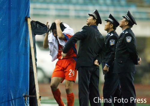 警察难挡水瓶从天而降 李金羽四球惹怒家乡球迷