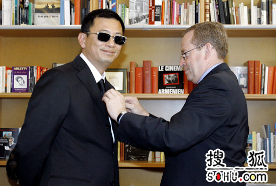 王家卫戛纳获荣誉爵位 法国文化部长颁奖(图)