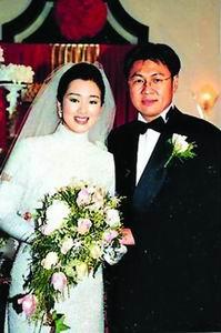 巩俐老公否认离婚 两人96年结婚照曝光(图)