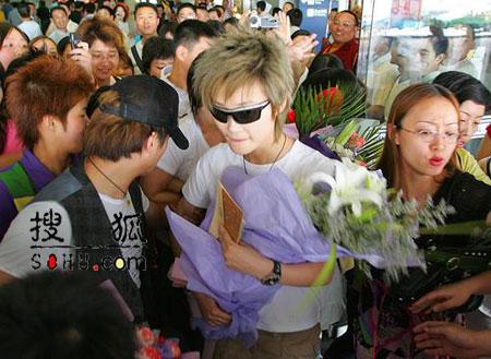 李宇春抵达成都机场 回母校参加论文答辩(图)