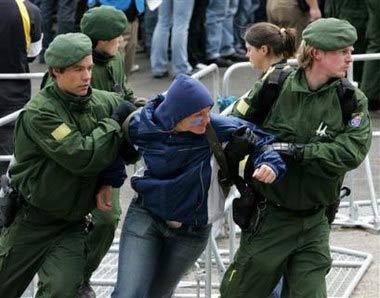 德国警方为世界杯足球赛举行安全防暴演习