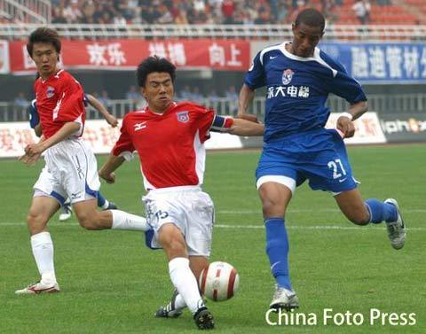 图文:中超-西安国际2-1击败青岛中能 维森特