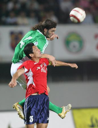 图文:中超15轮北京1-0厦门 穆萨与对手争顶