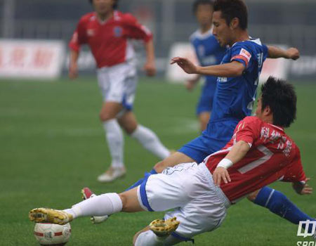 图文:中超15轮西安2-1青岛 秦升倒地铲球