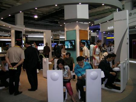 LG展台上用户正在体验T-DMB手机电视