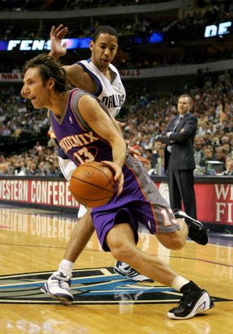 NBA图:西部决赛首场 纳什带球突破哈里斯