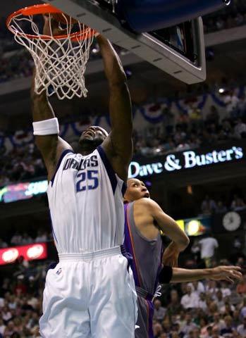 NBA图:西部决赛首场 丹皮尔大力灌篮