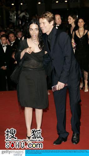 《更脆弱的道理》首映 威廉-达福与妻子亮相
