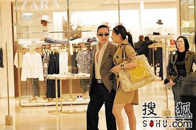 谢贤强吻李香琴 支持女儿与男友当街亲热(图)