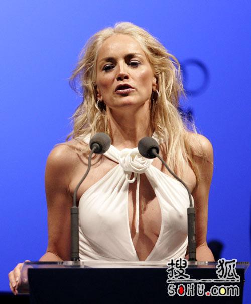 电影反对艾滋病活动 莎朗-斯通白裙露胸前两点