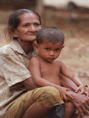 图:经历地震劫难的祖母和孙子