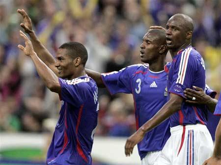 图文:热身赛法国1-0墨西哥 马卢达庆祝进球