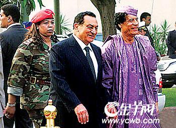 利比亚领导人卡扎菲(右)的女保镖很有分量.