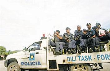 图文:东帝汶警察在首都帝力的街道上巡逻