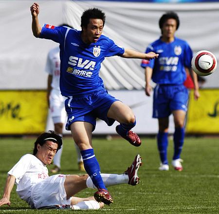 图文:长春主场0-1上海申花 王栋铲球