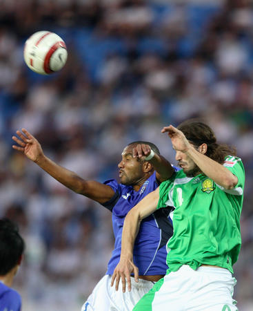图文:中超第16轮北京1-0青岛 穆萨与对手争顶