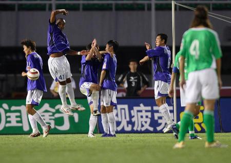 图文:中超第16轮北京1-0青岛 青岛防守任意球
