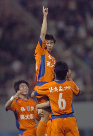 图文:中超第16轮山东2-0厦门 周海滨庆祝进球
