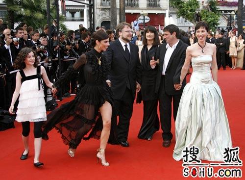《潘神的迷宫》首映 朗格利亚低胸裙春光大泄