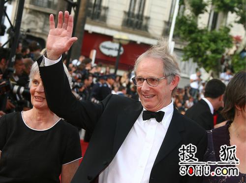 第59届戛纳颁奖礼 肯-罗奇热情和影迷打招呼
