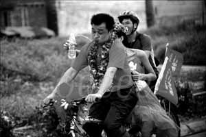 新郎骑自行车迎娶新娘 百余车友冒雨迎亲(组图)