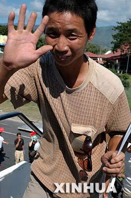 中国政府包机撤离在东帝汶240多名侨民(组图)