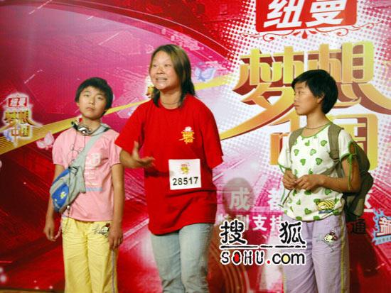 《梦想中国》成都赛区现场:独臂选手放声歌唱