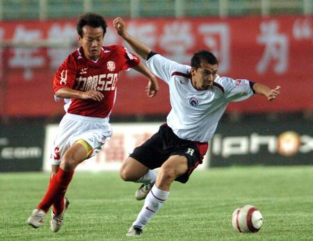 图文:中超联赛辽宁1-0重庆力帆 张海峰拼抢