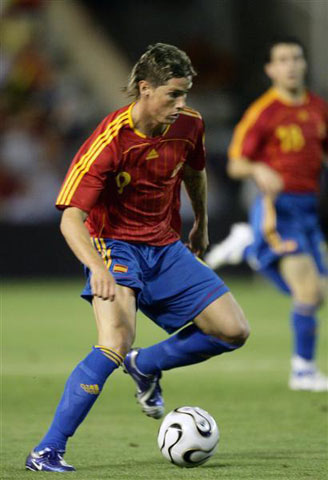 图文:西班牙世界杯热身赛 托雷斯带球突破