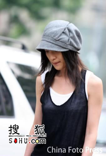 冯小刚罗海琼出席闫平画展 周迅躲避记者(图)