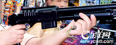 国外野战枪当儿童玩具卖 一枪射穿玻璃窗(图)