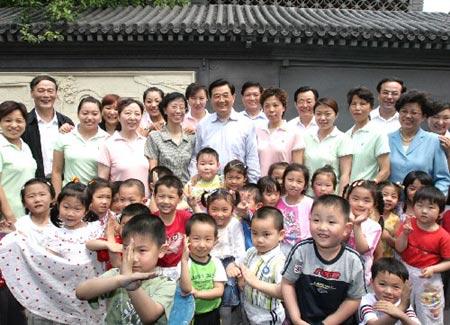 胡锦涛到福利院与童共乐 手把手教孤残儿包粽子