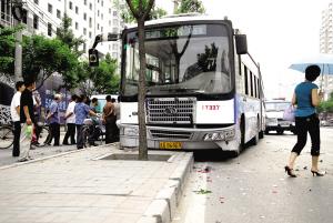 公交车追尾后冲上绿化带 疑为司机走神